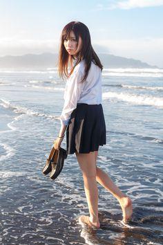 制服姿の女の子が海で戯れている様に郷愁を覚えるのは何故だろうか。 夏が始まる直前の、あのワクワクとした気持ちを思い出させるからか。 始まりの高揚感を写真に載せて、あなたの元へ。