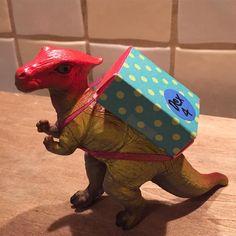 Wat zou ik zonder Pinterest moeten. Voor Dex' afscheid op de peuterspeelzaal maak ik dino's met een schooltas. Klaar om naar school te gaan, net als Dex!