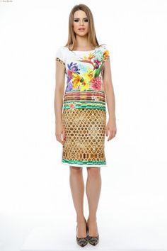 Rochie tricot imprimat cu bordura, linie dreapta, maneci scurte, slituri laterale.