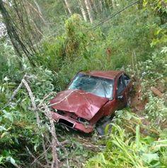 Motorista perde o controle e carro cai em ribanceira na Rondon em Botucatu -  O Corpo de Bombeiro de Botucatu registrou um acidente na manhã deste domingo, envolvendo um veículo VW Gol, vinho, que caiu em uma ribanceira. O caso foi registrado na Rodovia Marechal Rondon (SP-300), Km 248. Apesar da queda, ocondutor, de 29 anos, sofreu apenas escoriações  A vítima recusou  - http://acontecebotucatu.com.br/policia/motorista-perde-o-controle-e-carro-cai-em-ribanceira-na