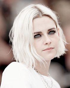 Kristen Stewart – platinum hair. Now she looks even more like a vampire lol i dont even watch twilight