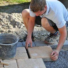 Alle Informationen zum Verlegen von Terrassenplatten. Vorbereitungen ✓ Zuschneiden ✓ Verfugen ✓ Verlegemuster ✓ Materialien ✓ Jetzt auf bauen.de ansehen!
