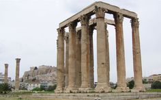«Olimpeion», al fondo la Acrópolis.