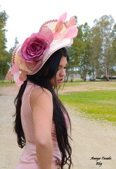 #pamela, #disco en color #crudo con #rosa de #organza realizada de modo #artesanal y #aplique de #plumas,#hair  #wedding, #artesania, #pamela, base sinamay, boda, eventos,# Fascinator, #Feather, #buterffly, #invitada perfecta, #madrina, #Millinery ,  #moda