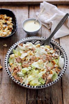 Salata de vara cu ton si dressing de iaurt grecesc Reteta cu salata iceberg, ton file in ulei de masline si crutoane de casa. Reteta salata. Good Food, Yummy Food, Tasty, Cooking Recipes, Healthy Recipes, Food Art, Cobb Salad, Salad Recipes, Potato Salad