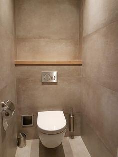 Toilet tegels 60x120 betonlook Modern Bathroom Tile, Bathroom Design Small, Simple Bathroom, Bathroom Interior Design, Small Downstairs Toilet, Small Toilet Room, Toilet Design, Wc Design, Wc Decoration