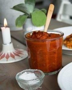 En supergod tomatsauce er så lækkert sammen med en god pasta og en smule god revet parmesan - så er middagen reddet- få opskriften her