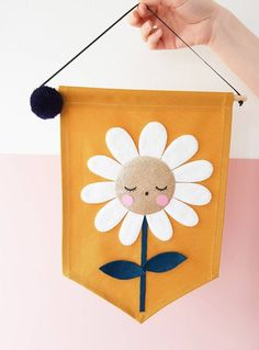 NEW Little daisy banner Diy Crafts For Gifts, Felt Crafts, Fabric Crafts, Felt Banner, Diy Banner, Diy Projects To Try, Sewing Projects, Felt Games, Banners