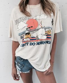 Graphic tees are great for your college wardrobe!, Summer Outfits, Graphic tees are great for your college wardrobe! Fashion Mode, Look Fashion, Womens Fashion, Beach Fashion, Ladies Fashion, Prep Fashion, Fashion Tag, Fashion 2016, Fashion Rings