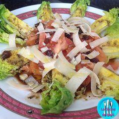 Cogollos con parmesano, fácil y rica ensalada muy adecuada para servir de acompañamiento en una comida familiar