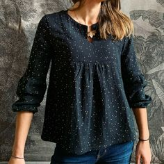 how to wear a tunic blouse Kurta Designs Women, Blouse Designs, Cardigans For Women, Blouses For Women, Mode Top, Couture Sewing, Indian Designer Outfits, Couture Tops, Crochet Blouse