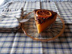 Porción del pastel de naranjas y chocolate