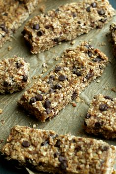 So much better than store-bought! These Soft and Chewy Banana Bread Granola Bars are made without any refined sugars or oils, and LOADED with chocolate and banana flavor! Healthy Banana Recipes, Snack Recipes, Healthy Meals, Healthy Eating, Bar Recipes, Healthy Cooking, Appetizer Recipes, Appetizers, Sin Gluten