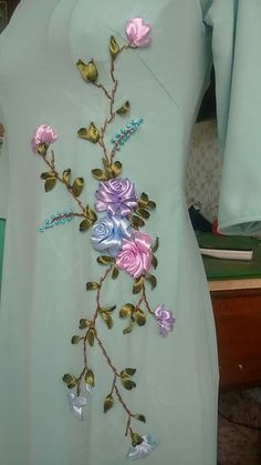 Ribbon Embroidery Tutorial, Embroidery Neck Designs, Hand Embroidery Videos, Embroidery Flowers Pattern, Silk Ribbon Embroidery, Embroidery Patterns, Embroidery Thread, Machine Embroidery, Embroidery Tattoo
