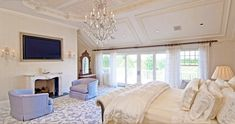 Rent the home Beyonce and Jay Z once vacationed at in Bridgehampton South in the Hamptons. Domino shares images of the Hampton's house Beyonce and Jay Z once lived in. Celebrity Bedrooms, Celebrity Houses, Chic Master Bedroom, Dream Bedroom, Master Suite, Master Bedrooms, Blue Bedroom, Modern Bedroom, Room Ideas Bedroom