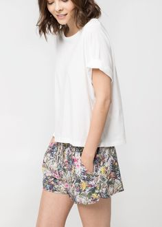 Tropical print shorts with white tee. Pretty Outfits, Cool Outfits, Summer Outfits, Fashion Outfits, Mango Fashion, Women's Summer Fashion, Short Outfits, Short Dresses, Girly