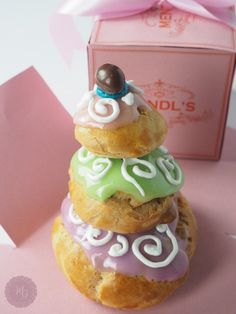 Courtesan au chocolat - The famous pastry from Grand Budapest Hotel by Madame Gâteaux / Courtesan au chocolat: φτιάξαμε το διάσημο γλυκό του Grand Budapest Hotel – Madame Gâteaux Grand Budapest Hotel, Tea Service, Greek Recipes, Madame, Afternoon Tea, Blog, Sweets, Cake, Desserts