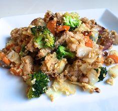 Start uken med en sunn og god middag laget av blomkålris, grønnsaker og kylling! Smaker nydelig og metter godt :)    Du trenger til 2 store porsjoner: 2 kyllingfileter, 1 blomkål, kål, 2 gulrøtter, en bunt brokkoli, 1 rødløk, 2 fedd finhakket hvitløk, 1/2 ss soyasaus og 1 ss østerssaus, salt og