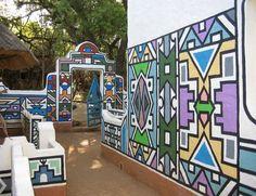 Em Ndebeles, África do Sul, a tradição é as mulheres da aldeia pintarem as fachadas das casas com cores e padrões gráficos exclusivos.