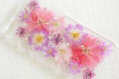 こちらはiPhone6 4.7インチのオーダーになります。ケースはクリアのみです。写真は見本になりますので、デザインの変更や押し花の追加、他機種の作成のご相...|ハンドメイド、手作り、手仕事品の通販・販売・購入ならCreema。 Accessoires Iphone, Resin Crafts, Flower Decorations, Dried Flowers, Diy And Crafts, Iphone Cases, Creema, Cute, Handmade