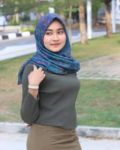 Reposted from - Ekspresi ketika mantan ngajak balikan . Stylish Hijab, Casual Hijab Outfit, Hijab Chic, Arab Girls Hijab, Muslim Girls, Beautiful Muslim Women, Beautiful Hijab, Hijabi Girl, Girl Hijab