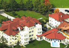 The 4 star superior family hotel Eichingerbauer on Lake Mondsee in the Salzkammergut is a family-run holiday Hotel in Austria, committed to your wellbeing on vacation! Country Hotel, Holiday Hotel, Vacation, Mansions, House Styles, Mansion Houses, Villas, Fancy Houses, Holidays Music