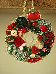 Guirlandinha de CD (MarieLa - Papel de Pano) Tags: natal cd noel guirlanda fuxico decorao enfeite botoes