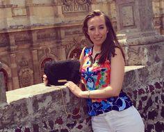 @yissnarro preciosa en sus viajes con su #clutch TIANA de la colección PRINCIPESSA @carinavalentina ✈️👜💞😊👝 #travel #lifestyle #bolsosoriginales #bohochic #luxury #lujo #elegant #mujer #style #artesania #diseñadoradebolsos #diseñadora #diseñadoravalenciana #modafemenina #bolsosdediseño #madeinspain #carterademano #pintadoamano #handmade #spain #tendencias #carinavalentina