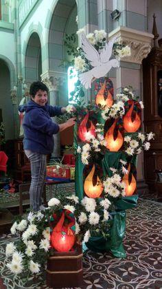Alter Flowers, Church Flowers, Church Altar Decorations, Altar Design, Large Flower Arrangements, Flower Festival, Church Banners, Paper Flowers Diy, Cross Art