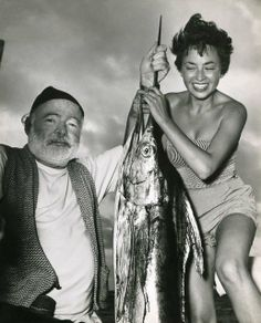 Ernest Hemingway e Inge Feltrinelli a Cuba, 1953 Ernest Hemingway, Hemingway House, Pauline Pfeiffer, Fishing Photos, Writers And Poets, American Literature, Book Writer, Vintage Fishing, Portraits