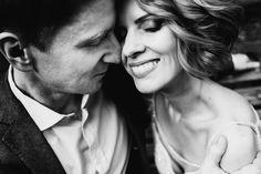 Черно-белый эффект данной фотографий передает искренние эмоции, чувства и трепет пары. Технически правильное выполнение кадра, снятого с верхней точки горизонта с еще большей стороны положительно и интересно раскрывает характер фотографии.