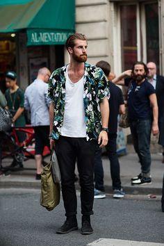 メンズアロハシャツおすすめはブラック地などダークなカラーリングのタイプ