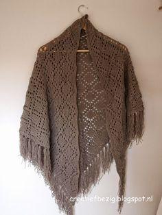 Creatief bezig: Ariadne omslagdoek Crochet Shawls And Wraps, Knitted Shawls, Crochet Scarves, Crochet Clothes, Crochet Cape, Diy Crochet, Crochet Triangle, Crochet Fashion, Crochet Accessories