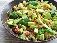 Salata vegana de quinoa cu avocado, perfecta pentru vara