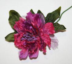 Peonia maxi in stoffa fucsia e organza viola. Fiore diam.11,5 cm con gambo modellabile per decorazioni e bomboniere. Disponibile da C&C Creations Store