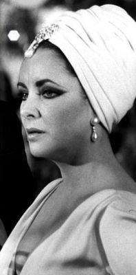 Liz Taylor rocks a turban