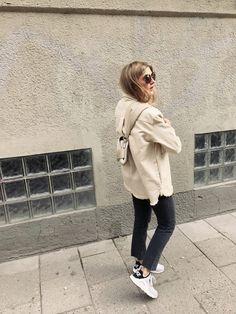 Jacka Fall Winter Spring Summer, jeans Levi's, väska Dagmar, solglasögon MisterSpex/Miu Miu, sneakers Nike.