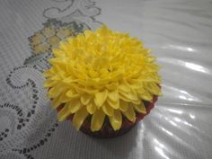 Let's learn cake decorating! Let's learn how to pipe a buttercream Chrysanthemum flower on a cupcake! Buttercream cupcake decorating tutorial by Peh Teng Ser. Cupcake Frosting Techniques, Frosting Tips, Biscuit Decoration, Art Deco Cake, Royal Icing Sugar, Cake Borders, Coloured Icing, Decorator Frosting, Fancy Cupcakes