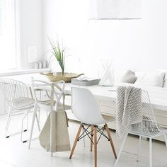 Hi! Ik ben jullie niet vergeten hoor, maar ik ben iets minder actief op IG. En ik reageer niet altijd meer op jullie fantastische foto's, maar dat komt meer omdat er zoveel tijd in zit, en die tijd wil ik maken hoor, maar er zijn ook andere dingen die ik ook zó belangrijk vind, en daar kom ik steeds meer achter. Liefde voor jullie allemaal & jullie prachtige plaatjes x #inspiratie #inspo #living #livingroom #dining #diytable #diningroom #diningtable #white #whitehome #whitehouse…