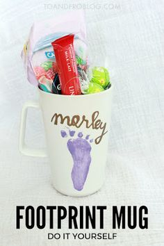 An easy baby keepsake and gift for the coffee and tea lover in your life - footprint mug DIY. The perfect Mother's Day or Father's Day present! Diy Father's Day Mug, Mother's Day Mugs, Father's Day Diy, Grandmas Mothers Day Gifts, Presents For Grandma, Mothers Day Crafts For Kids, Fathers Gifts, Diy Mother's Day Crafts, Mug Crafts