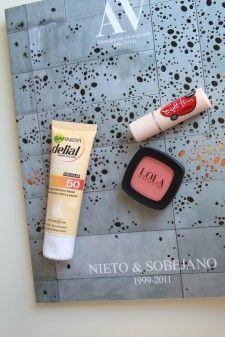 La nueva BB Sun Cream de Garnier Delial con protector cincuenta, Eight Hours Cream para labios de Elisabeth Arden y colorete de Lola Make Up.