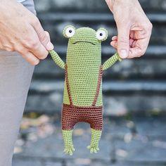 Hilarious amigurumi frog in shorts Kawaii Crochet, Cute Crochet, Crochet Crafts, Crochet Projects, Knit Crochet, Crochet Frog, Crochet Animal Patterns, Crochet Patterns Amigurumi, Crochet Animals