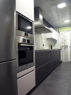 Encontrado en Google en pinterest.es Modern Kitchen Tables, Narrow Kitchen, Modern Kitchen Design, Cabin Kitchens, Grey Kitchens, Kitchen Flooring, Kitchen Cabinets, Kitchen Appliances, Kitchenette