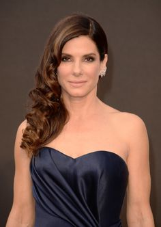 Sandra Bullock at 2014 Oscars brightens up a brown smokey eye with periwinkle blue on the waterline and loads of fluttery lashes. Perfect nude lip too.