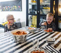 KOTI JA DIY: Vilkkilöillä sekä koti että ihmiset on puettu mustaan ja valkoiseen. Vauva & Meidän Perhe