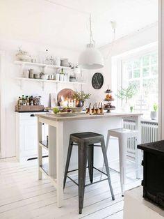 Det charmiga köket har bra förvaring på öppna hyllor, en renoverad skänk och  köksön från Ikea.