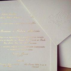 Convite de luxo clássico, envelope aba de bico em papel Rives Design off white, texto em Hotstamp metallic gold, para uma linda festa Black Tie. Convite de casamento com monograma em relevo seco na aba do envelope e texto ouro!