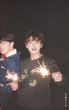 Read Jimin from the story 《Imagenes de BTS Y Memes 2019 》《🍑》 by ShiraOrigami (...ugh ゼ火可) with 111 reads. Foto Jungkook, Foto Bts, Bts Taehyung, Bts Bangtan Boy, Bts Jimin, Namjoon, Jikook, K Pop, Admirateur Secret