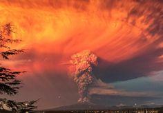 22日、チリ南部で噴火したカルブコ火山から上がる噴煙(ロイター)