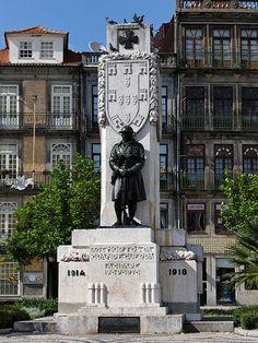 Monumento da autoria de Henrique Moreira -  Praça de Carlos Alberto - recorda os soldados mortos na I Guerra Mundial (1914/1918) - Porto
